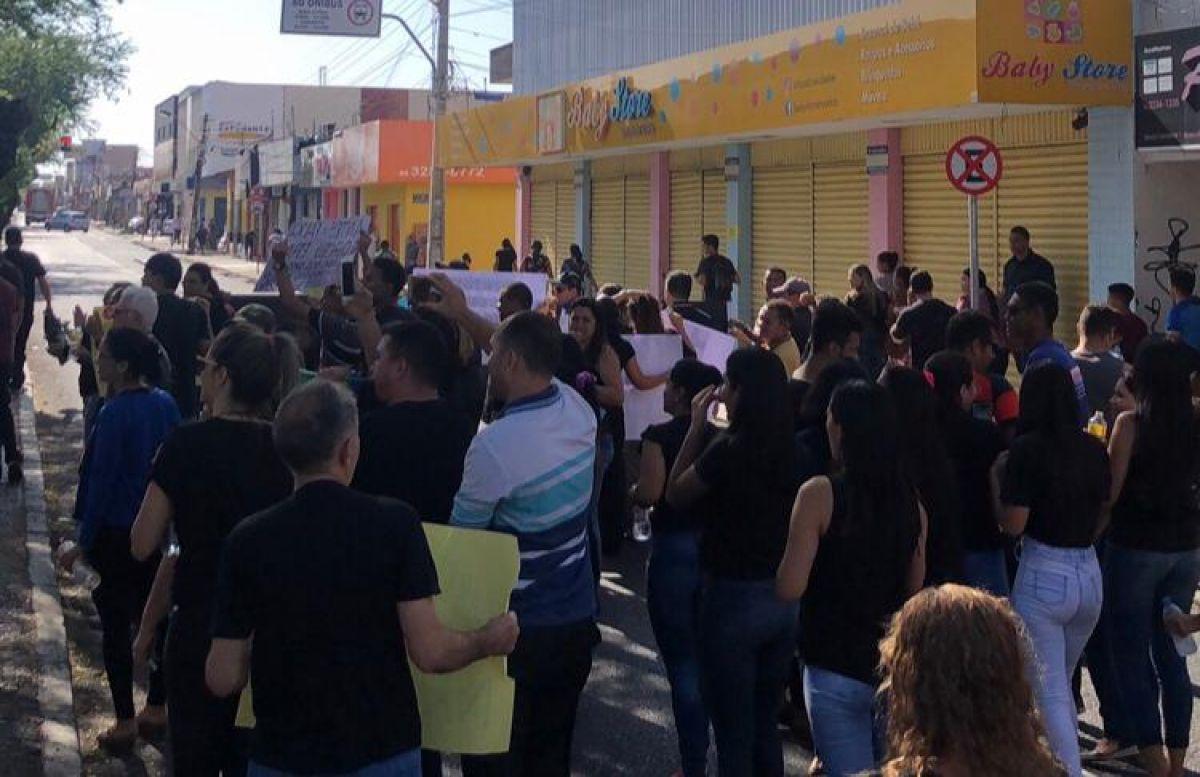 Comerciantes manifestando conta a implementação da faixa obrigatória de ônibus - Foto: Daniel Carvalho
