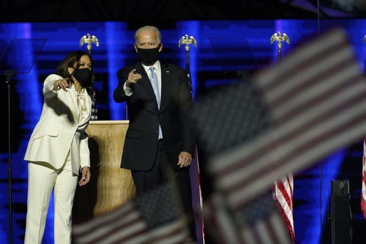 Joe Biden e Kamala Harris após 1º discurso como presidente e vice-presidente eleitos dos Estados Unidos — Foto: AP Photo/Andrew Harnik, Pool