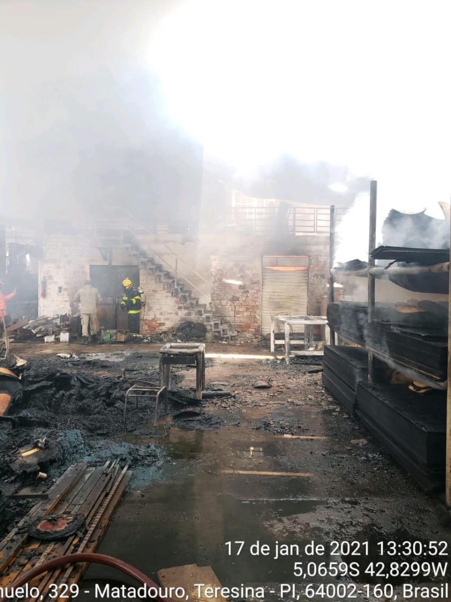 Galpão de metalúrgica pega fogo na zona norte de Teresina