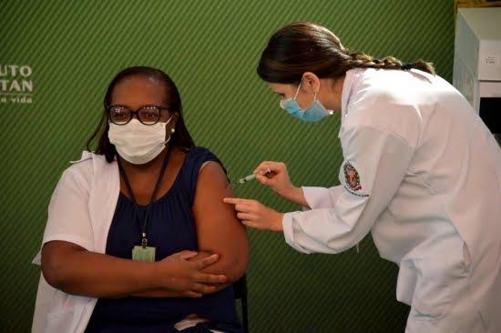 Mulher, negra e enfermeira é a primeira a receber dose da Coronavac contra covid-19