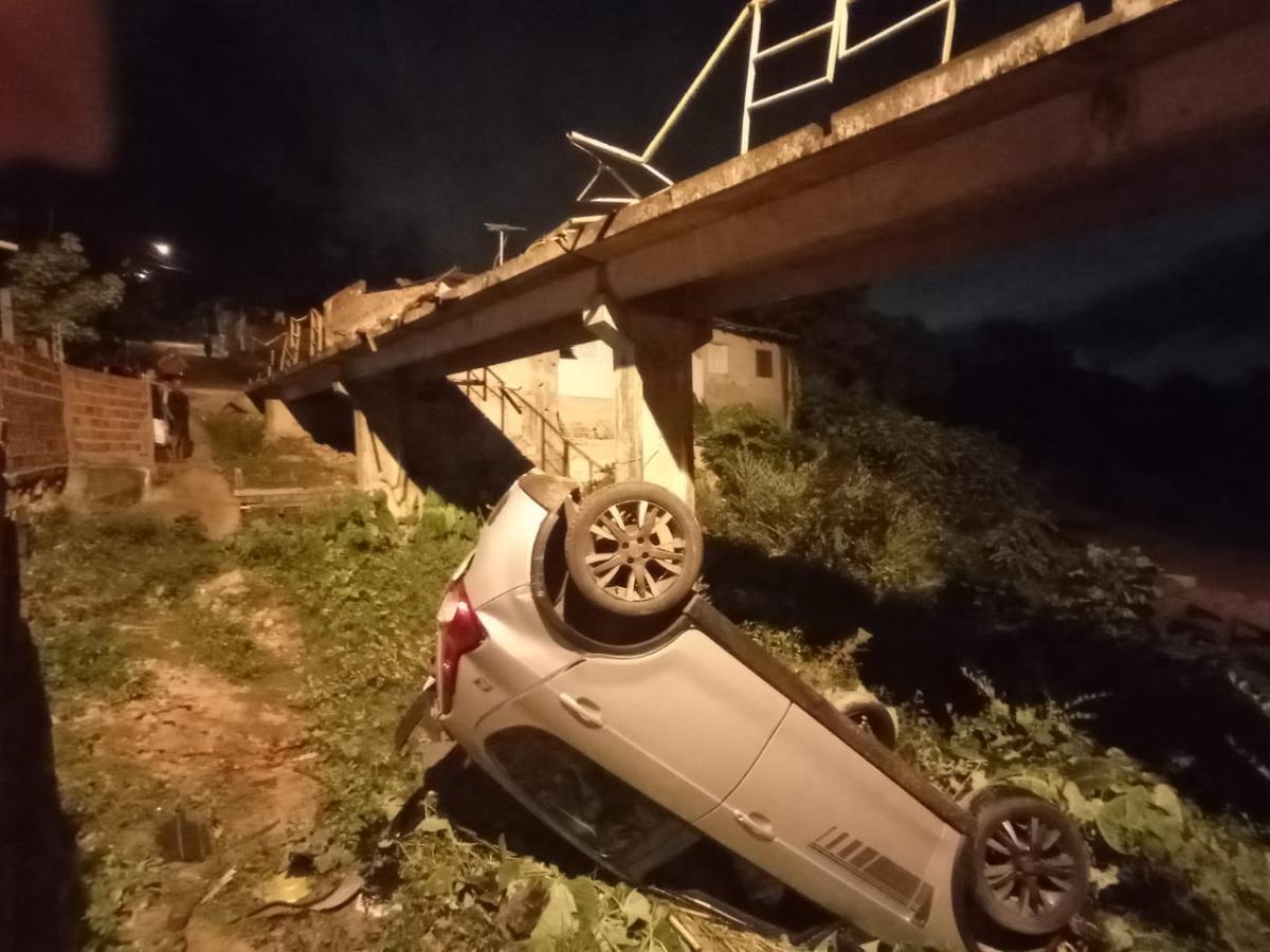 Casal sofre ferimentos leves após carro cair em grotão na Vila da Paz