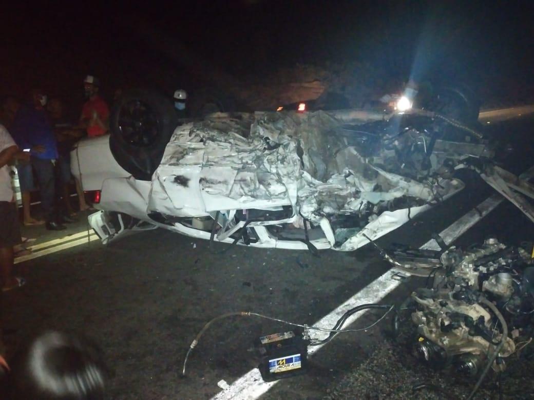Colisão frontal entre dois carros deixa um morto e quatro feridos na BR 407