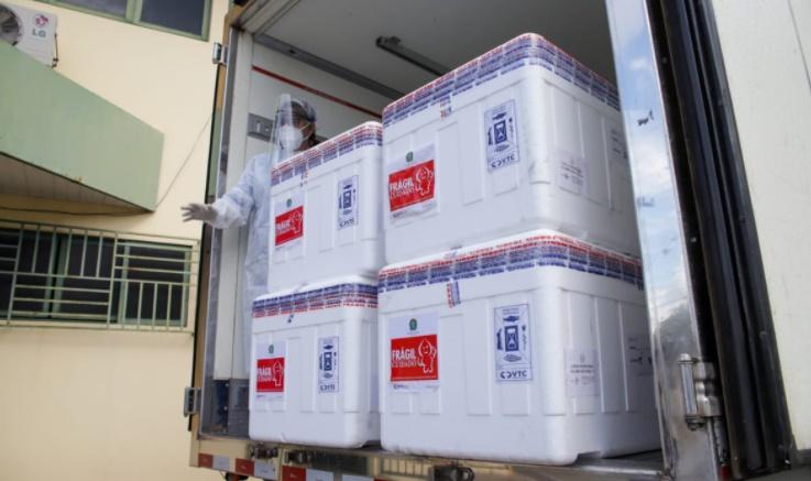 Avião com o primeiro lote da vacina Coronavac pousa em Teresina