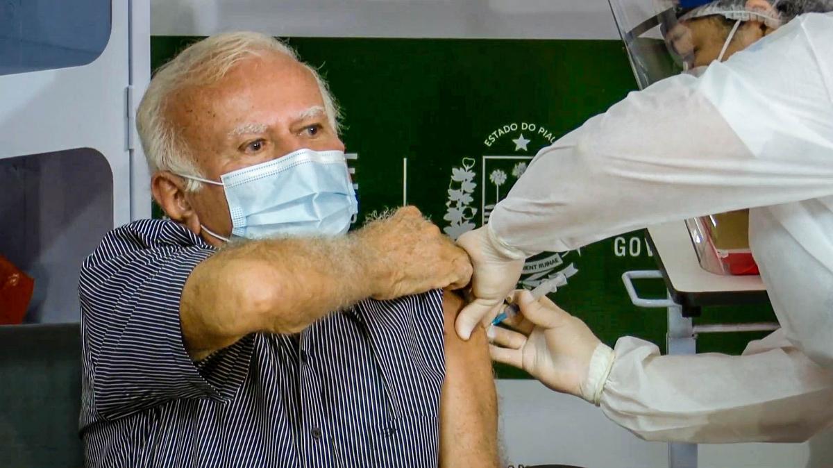 Médico de 75 anos é o primeiro piauiense vacinado contra a Covid-19