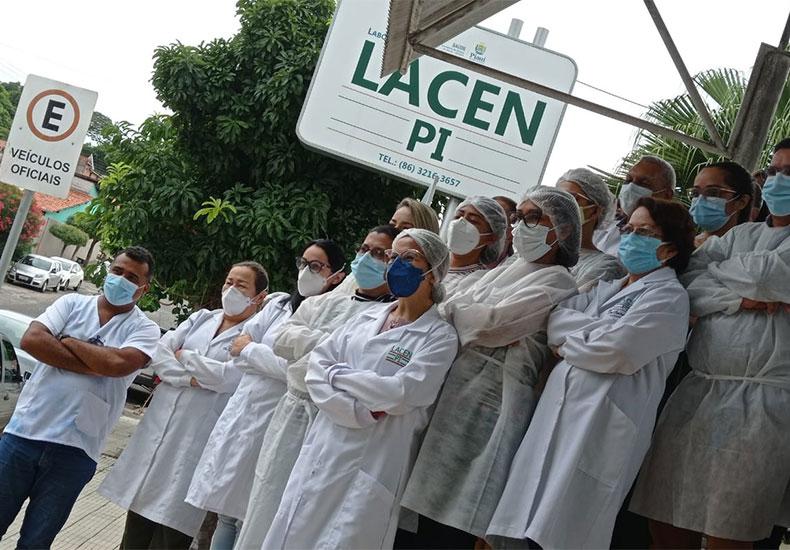 Funcionários do Lacen realizam protesto pedindo direito a vacinação contra Covid-19