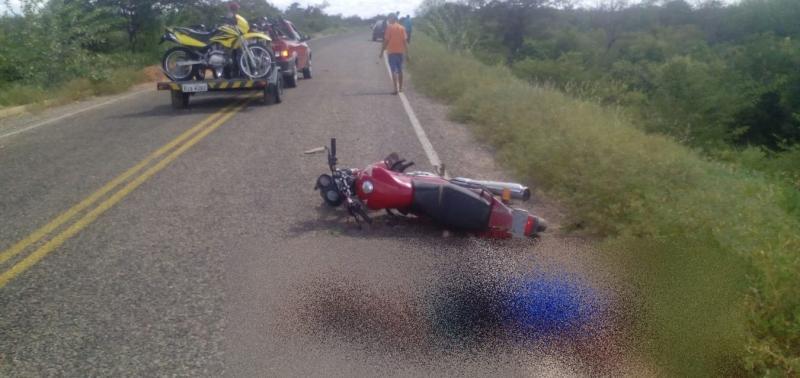 Motociclista colide em barranco e fica gravemente ferido