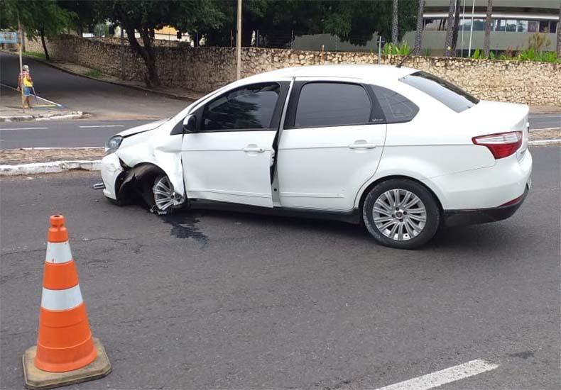 Motorista de aplicativo perde o controle de veículo e causa congestionamento em Teresina