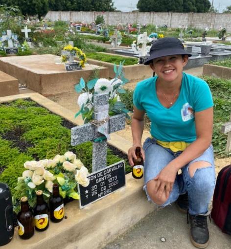 Família comemora aniversário de falecido com cerveja e pagode em cemitério no Norte do PI