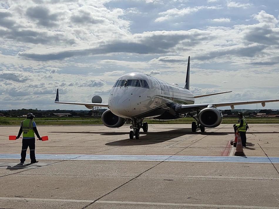 Avião com 24 mil doses da vacina de Oxford chega em Teresina
