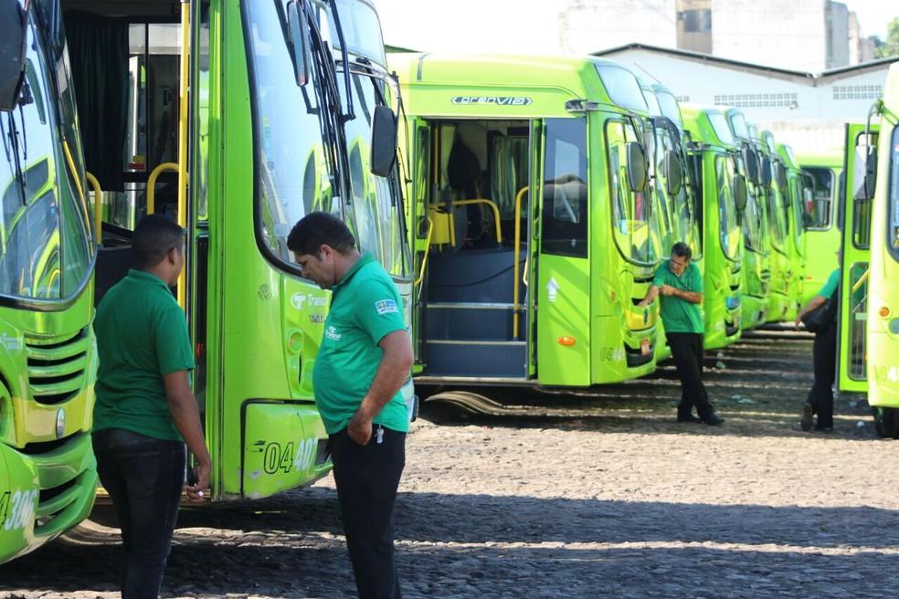 Em protesto, motoristas e cobradores paralisam frota de ônibus em Teresina