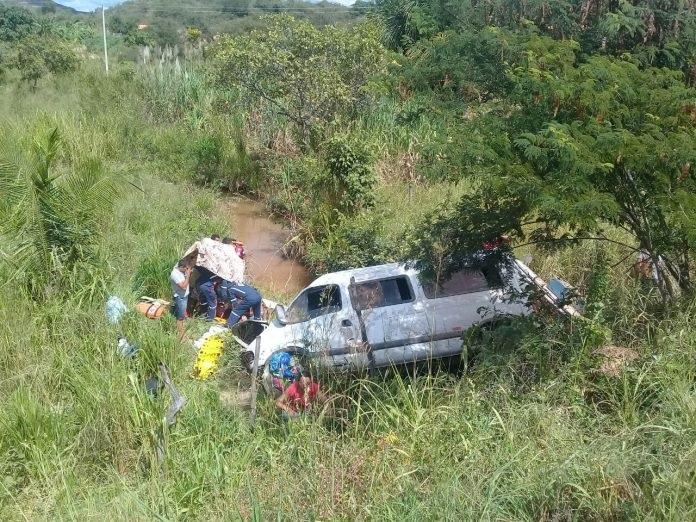 Van com 17 pessoas tomba na BR-135 e deixa vários feridos no Sul do Piauí