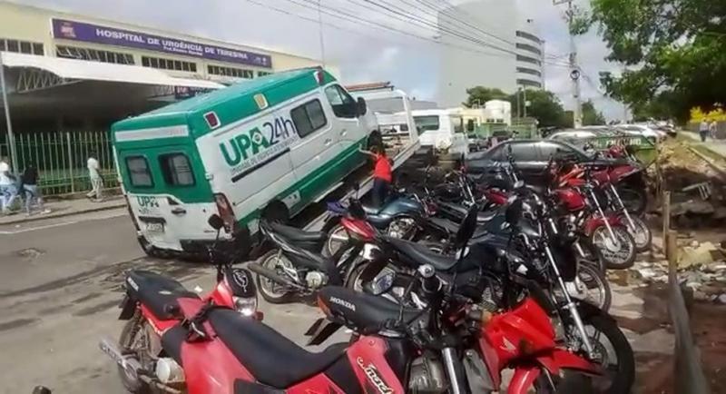 Ambulância da UPA é guinchada em frente ao HUT