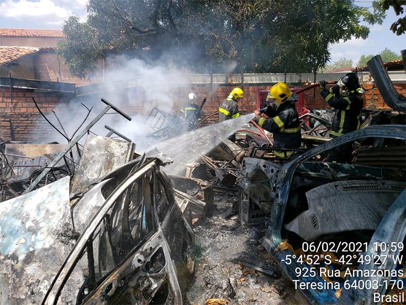 Incêndio atinge sucata na zona Norte de Teresina