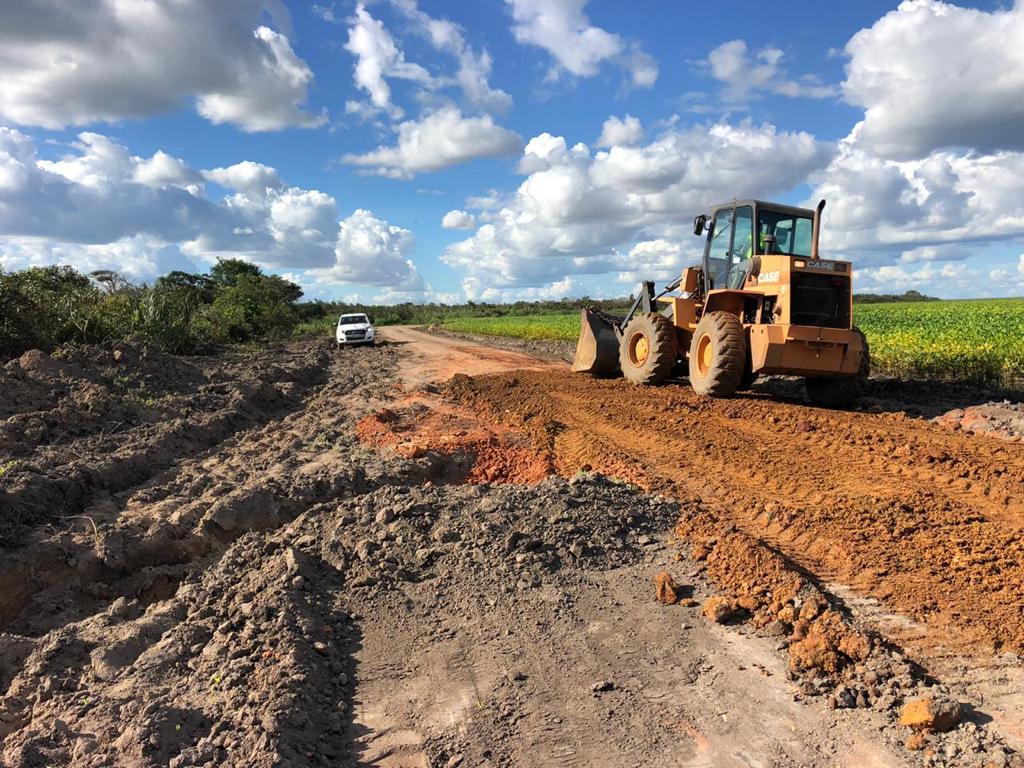 Produtores e prefeituras recuperam estradas para garantir o escoamento da safra