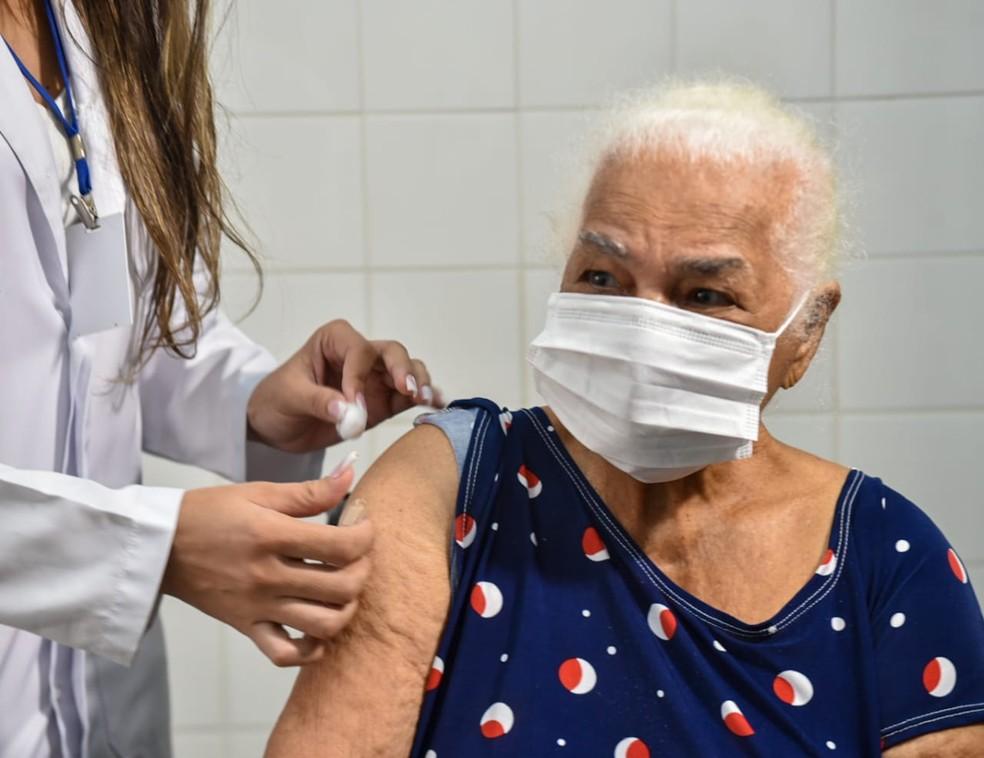 Mais de 1.300 idosos são vacinados no primeiro dia de campanha em Teresina