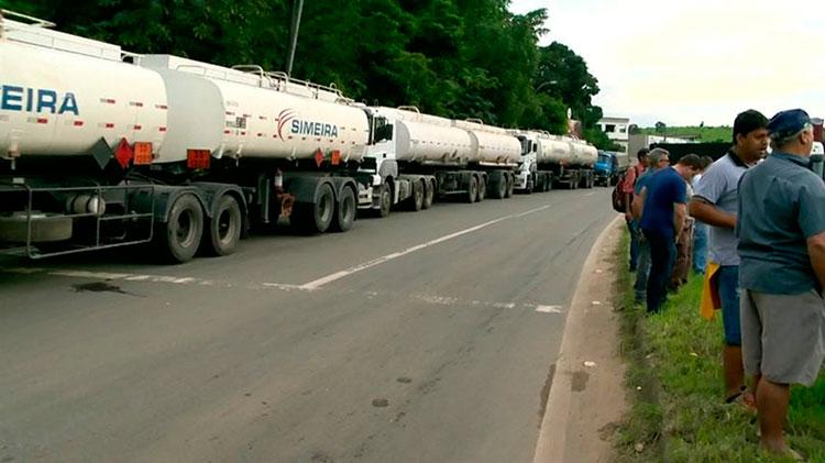 Caminhoneiros bloqueiam rodovias contra aumento dos combustíveis