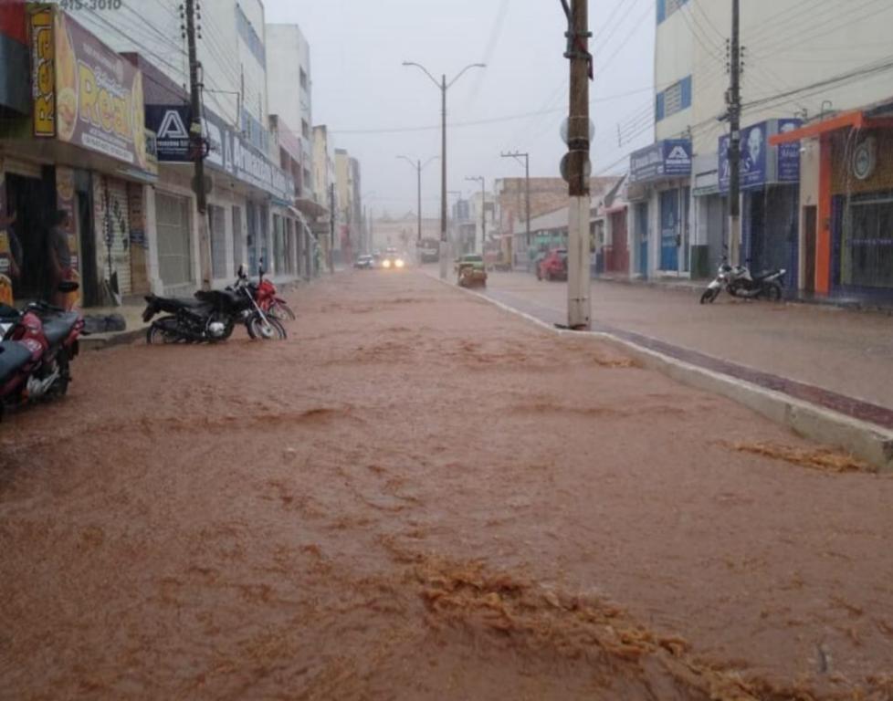 Chuva com 12 horas de duração deixa ruas e avenidas alagadas em Picos