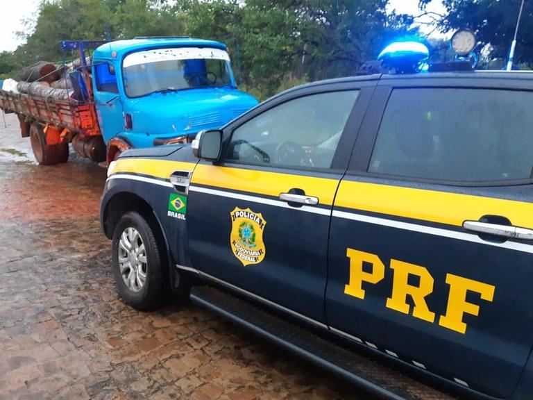 PRF apreende madeira ilegal na BR-343 e autua condutor