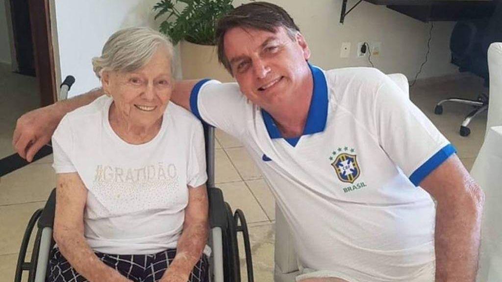 Mãe de Bolsonaro é vacinada contra Covid-19 no interior de São Paulo