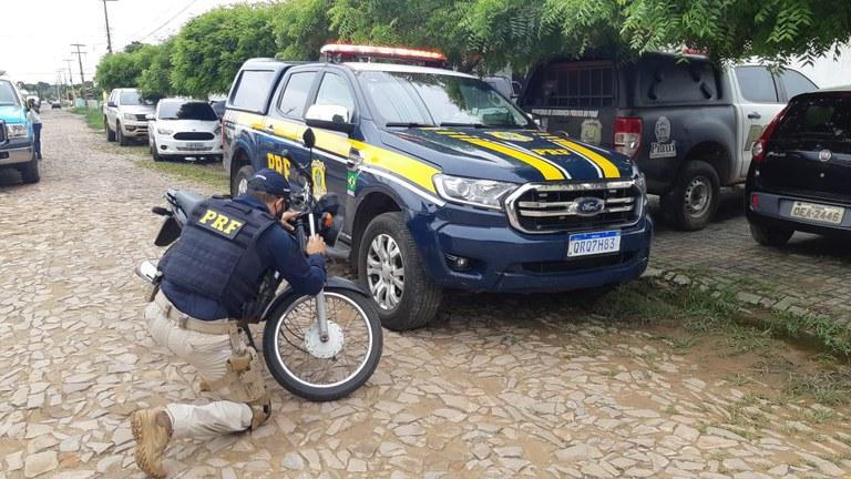 PRF recupera às margens da BR 343 motocicleta que havia sido tomada de assalto em Piracuruca