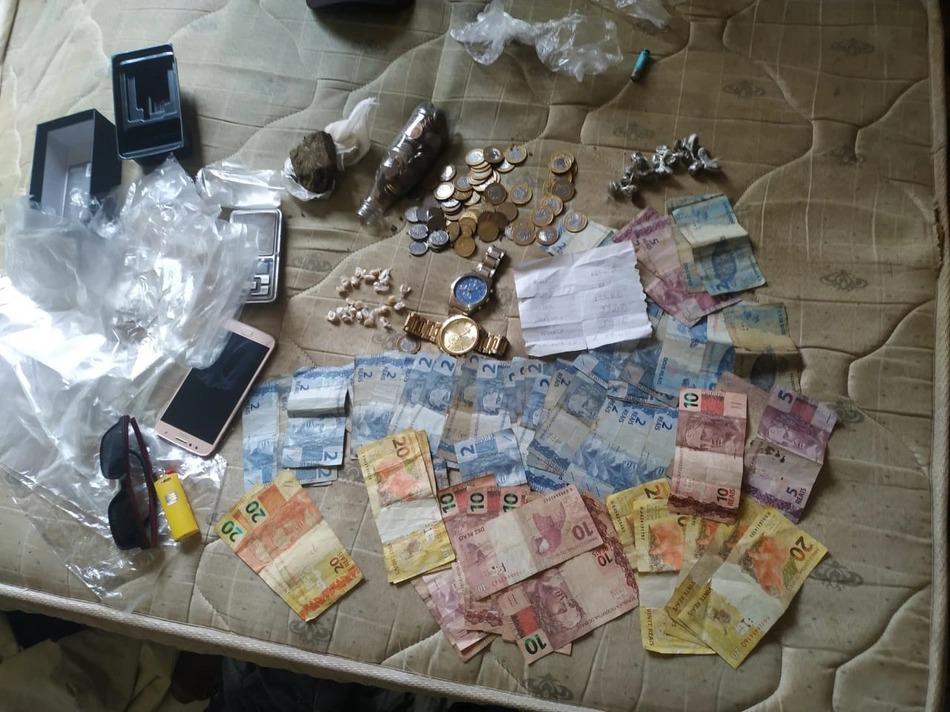 Homens são presos acusados de tráfico de drogas e receptação