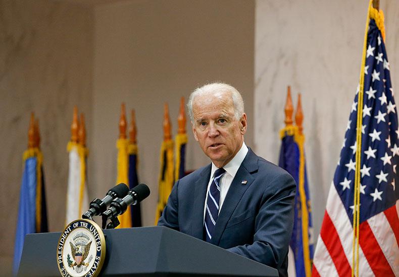 Biden lamenta 500 mil vidas perdidas na pandemia e diz que 'há luz na escuridão'