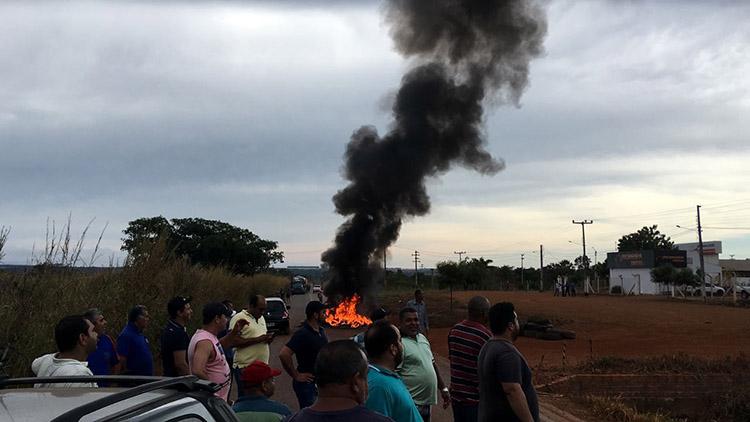 Caminhoneiros ateiam fogo em pneus e bloqueiam rodovia em protesto contra preços dos combustíveis