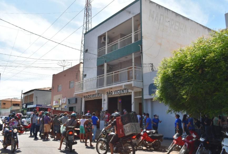 Funcionário sofre descarga elétrica e cai do 2° andar de prédio no Piauí