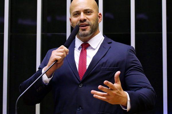 Roberto Jefferson anuncia filiação de Daniel Silveira ao PTB