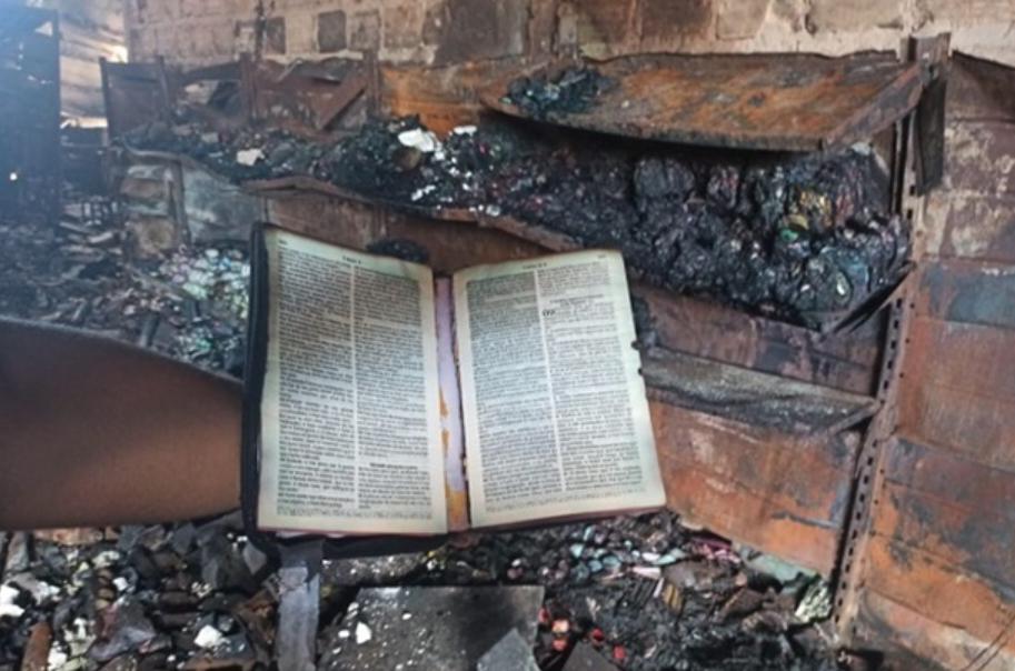 Bíblia Sagrada é preservada em incêndio que destruiu loja no Piauí