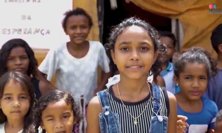 Menina de 12 anos repercute na internet ao dar aula para crianças em lixão