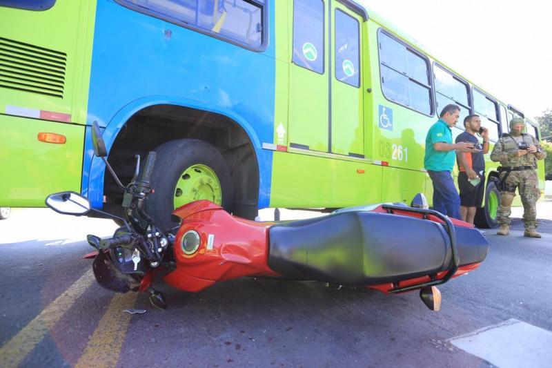 Acidente entre ônibus e motociclista deixa um ferido na BR-343