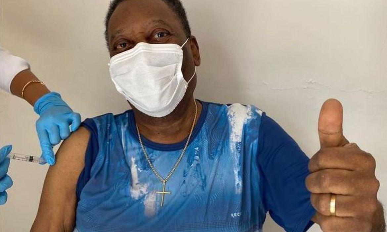 Aos 80 anos, Pelé, recebe primeira dose de vacina contra a Covid-19