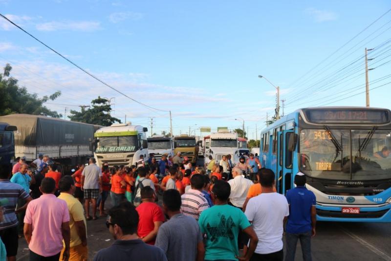 Caminhoneiros protestam contra o preço dos combustíveis no Piauí