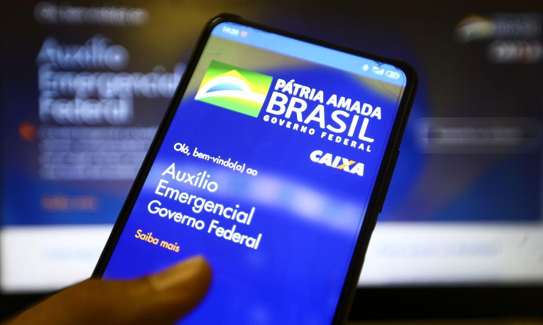 Auxílio emergencial: mulher chefe de família receberá R$ 375; quem mora sozinho R$ 150