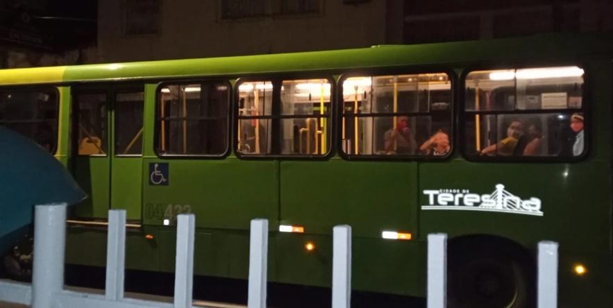 Bandido realiza arrastão dentro de ônibus no Centro de Teresina