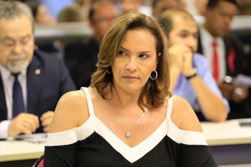 Deputada Juliana Falcão passa mal durante sessão na Assembleia