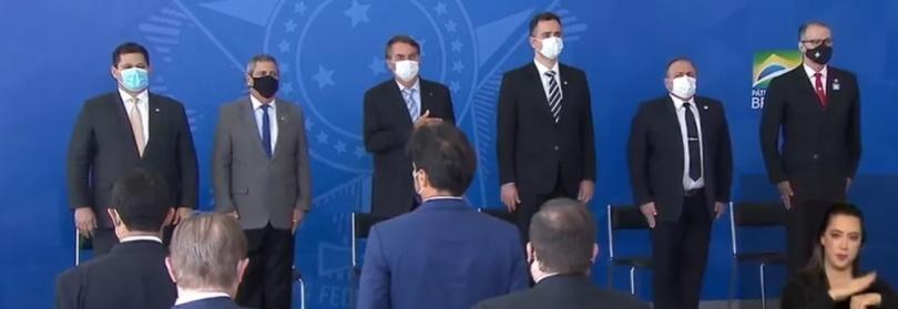 Usando máscara, Bolsonaro sanciona lei que facilita compra de vacinas contra Covid-19
