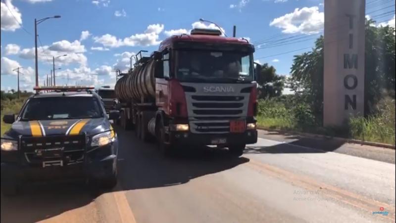 PRF escolta caminhão de combustível até o aeroporto de Teresina