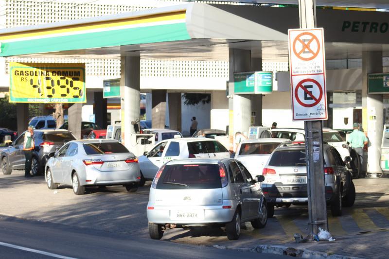 Com previsão de falta de combustível, motoristas fazem filas em postos
