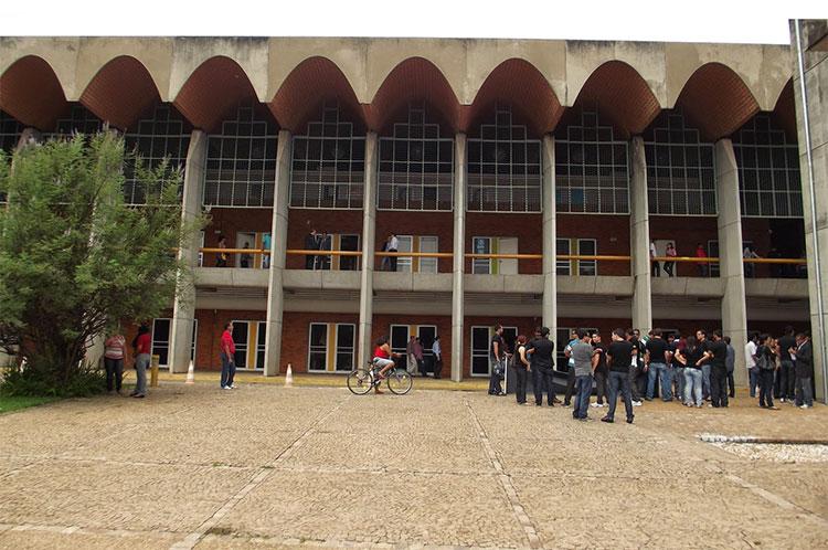 Professores realizam protesto em frente a Assembleia Legislativa do Piauí