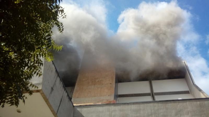 Incêndio atinge Hotel Rio Poti e hospedes usam lençóis para escapar do prédio em Teresina