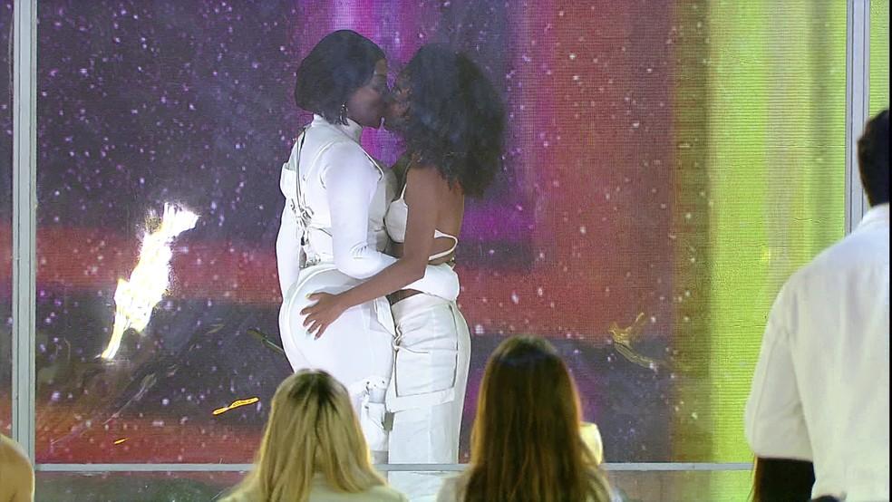 Ludmilla beija Brunna Gonçalves em show do BBB21 e empolga brothers