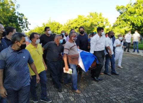 Corpo de ex-prefeito de Teresina é sepultado sob forte comoção