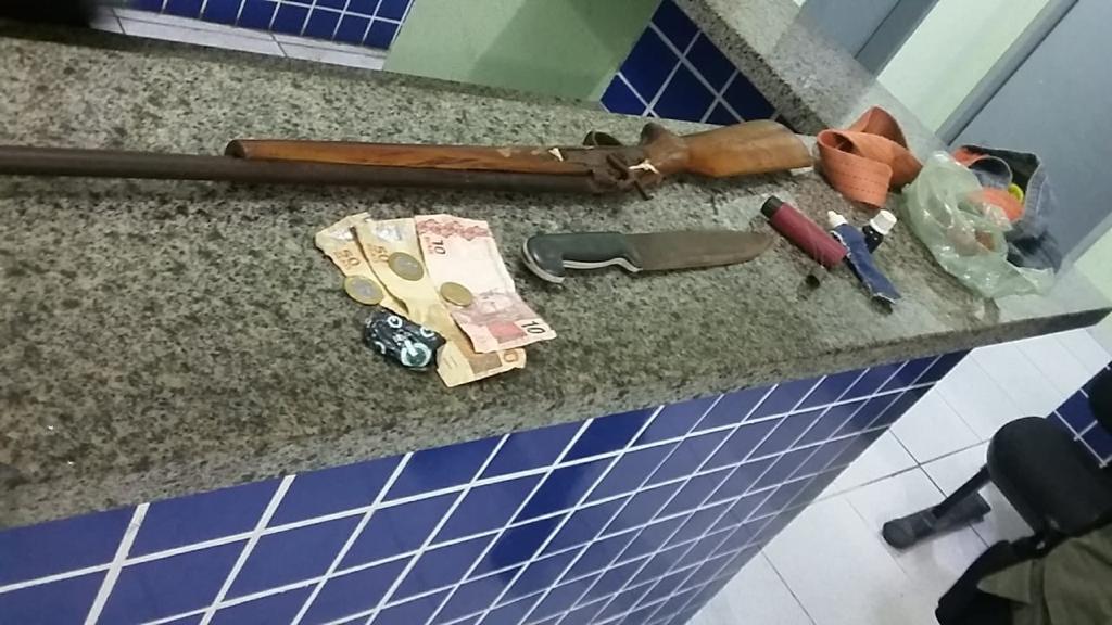 Polícia prende suspeito que ameaçava os pais com faca e espingarda