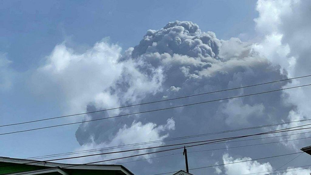 Vulcão adormecido entra em erupção e força evacuação de milhares de pessoas