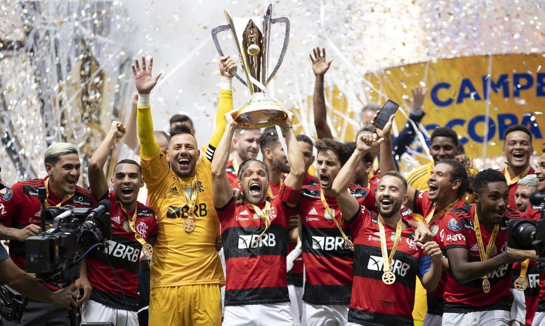 Palmeiras toma virada, busca empate e perde Supercopa para o Flamengo nos pênaltis