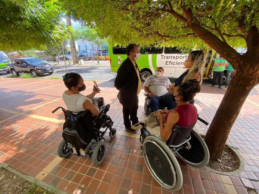 Cadeirantes fazem manifestação em frente à Strans contra paralisação do Transporte Eficiente