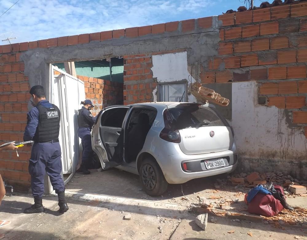 Mulher foge e abandona carro roubado após derrubar muro em Teresina