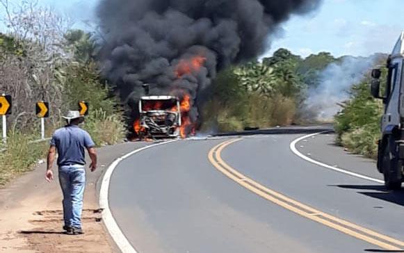 Caminhão carregado com carne pega fogo na BR-343